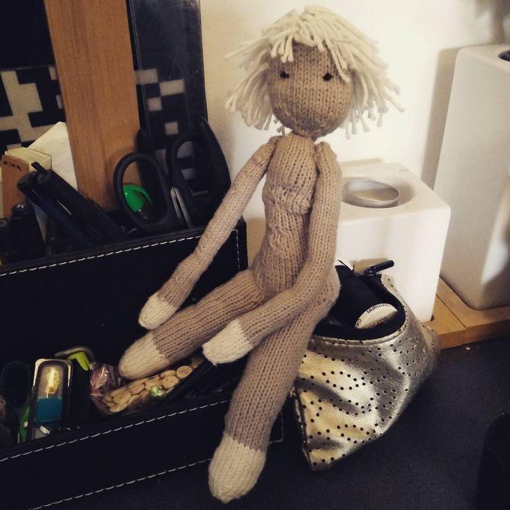Nu skal hun vidst bare have noget tøj :). #strik #amigurumi #dukke #knit #doll
