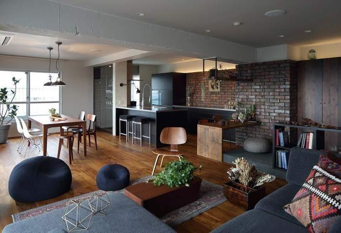 家具やインテリアには廃材を利用しているそうです。壁の珪藻土の質感とアンティーク調の家具がベストマッチですね。色合いも統一されてあり、落ち着いた大人ブルックリンスタイルに仕上がっています。