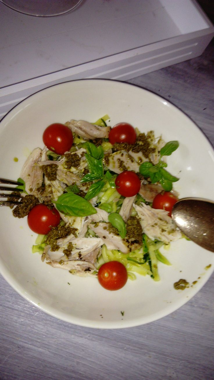 Lekker 😋 gezond. Spaghetti van courgette met gestoomde kip 🐔, tomaatjes 🍅, pesto en basilicum🌿.