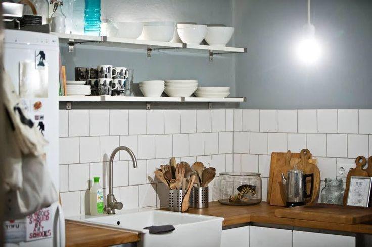 Kauniit astiat saavat olla näkyvillä keittiön avohyllyillä.