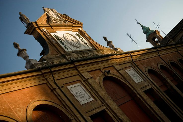 PAVAGLIONE. Caratteristico ed imponente quadriportico costruito a partire dal 1771 da Giuseppe Campana e completato nel 1783 per il mercato dei bozzoli del baco da seta, allora molto fiorente. Indirizzo: Piazza Trisi #Lugo di #Romagna. Tutte le info qui: http://www.romagnadeste.it/it/9-lugo/i1198-pavaglione.htm