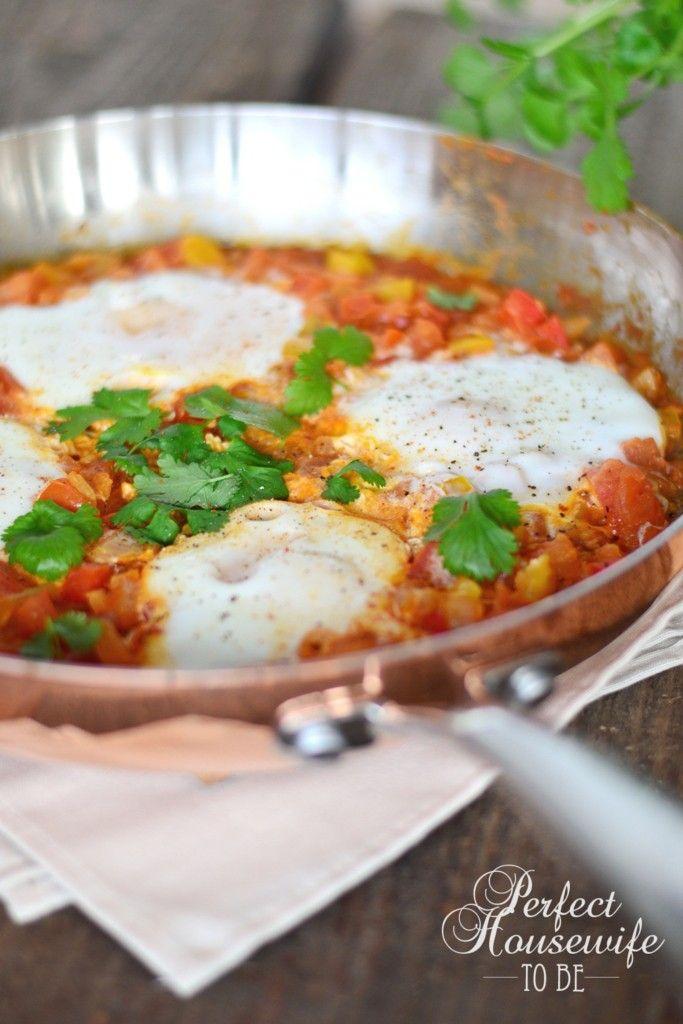 Shakshuka: gepocheerde eieren in tomatensaus. Lekker met specerijen en verse koriander. Recept op de DIY- en foodblog Perfect Housewife - to be.