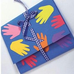 Handprint Portfolio great for Back to School to hold all your papers and artwork. www.freekidscrafts.com