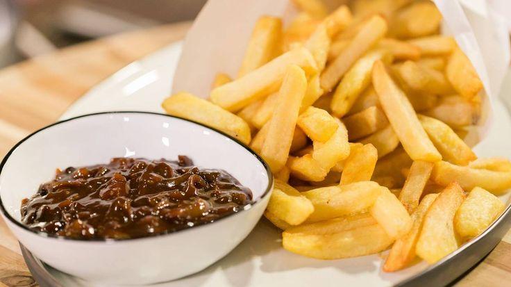 """Pour cette émission spéciale """"foire de Liège"""", on ne pouvait pas zapper la fameuse sauce lapin. Elle n'accompagnera pas les boulets aujourd'hui mais des frites."""