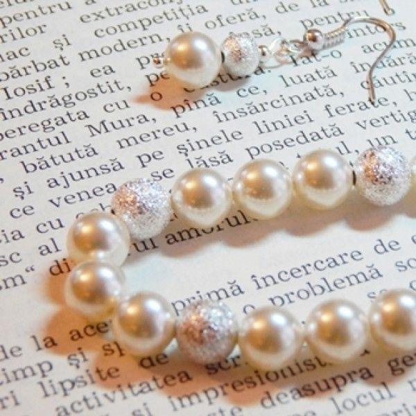 Set cu perle swarovski si elemente placate cu argint.