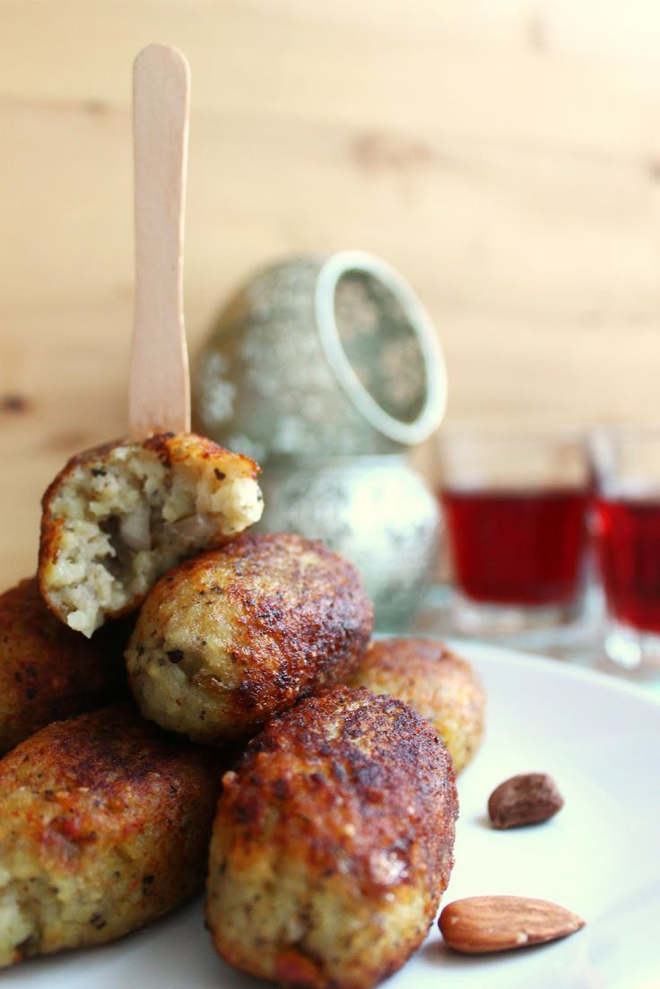 Lebanese Potato Kibbeh (scroll down for english recipe) _ I bring you a Lebanese dish, Potato Kibbeh, traditionally made of meat and bulgur, but this version is vegan.  Recipe adapted from the book Mediterranean Vegetarian Kitchen.