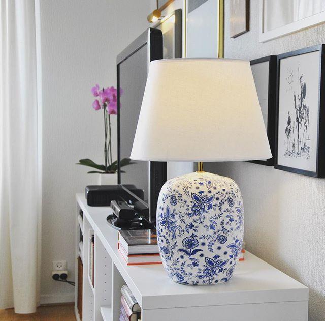 Ny lampa i vardagsrummet - #Charlotte från #mio. @mio_officiell #mittmio #vardagsrum #nordiskahem #nordichome #livingroom #scandinavian