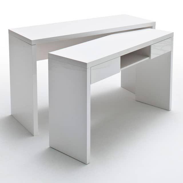 """Tanto ordine in poco spazio!Due scrivanie in una? Malte oltre ad essere bella ed elegante con la sua finitura laccata bianco lucida, è comodissima per chi ha poco spazio e solo occasionalmente ha bisogno di """"allargarsi"""", magari per studiare in compagnia…o per lavorare a un progetto importante?All'occorrenza il tavolo inferiore di questa piccola grande scrivania può essere estratto ed essere usato come elemento a sé stante o per creare una grande scrivania ad angolo. Il piano inferiore è…"""