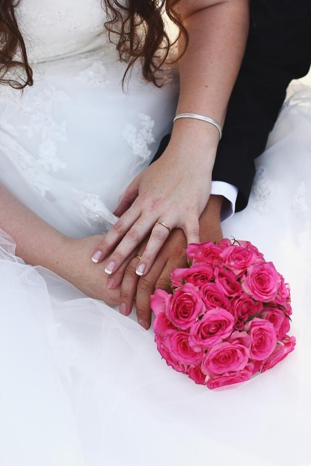 Our wedding. Weddingrings, bouqet, photo inspiration, pink roses, hot pink.