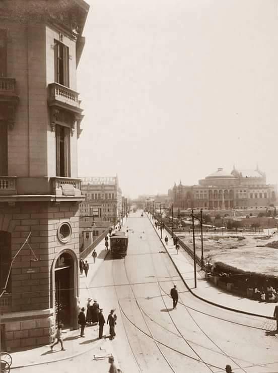 Viaduto do Chá - à esquerda, Grand Hotel e Rotisserie Sportman e à direita o Teatro Municipal e o vale o Anhangabaú em obras