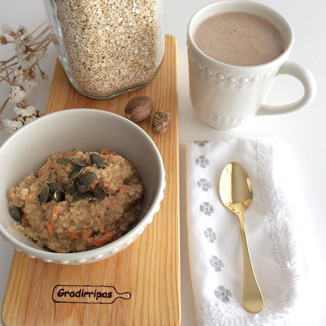 Papinhas quentinhas & macaccino #porridge #oatmeal #carrot #cinammon #nutmeg / #macaccino #maca #rawcocoa #coconutmilk #ginger #vanilla #medjooldate / #vegan #sugarfree #eatwelllivemore