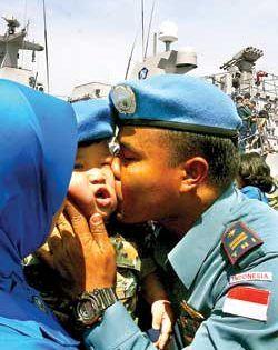 Anggota TNI AL usai turun dari KRI Diponegoro langsung disambut keluarga.