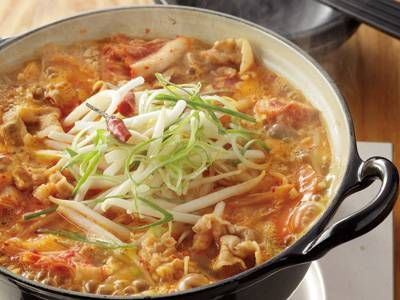 小林 まさみさんのもやしを使った「もやしの辛うま鍋」のレシピページです。濃厚なスープの味わいが淡泊なもやしにぴったり!キムチや赤とうがらしの辛みと納豆のうまみが溶け合ったチゲ風鍋の一品です。 材料: もやし、豚バラ肉、A、白菜キムチ、にんじん、ねぎ、赤とうがらし、ひきわり納豆、みそ
