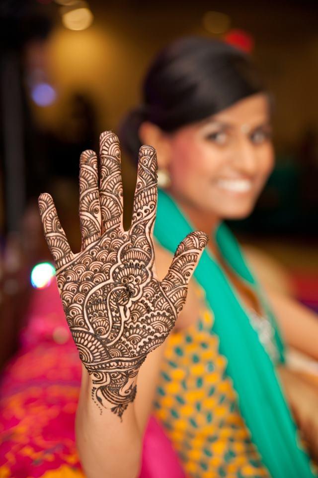 She has a peacock on her palm! :) #wedding #mehendi