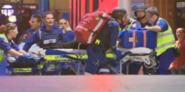 SIDNEY Un'adolescente di quindi anni, armato di pistola, ha ucciso un'agente di polizia che stava uscendo dalla questura. Secondo una prima ricostruzione