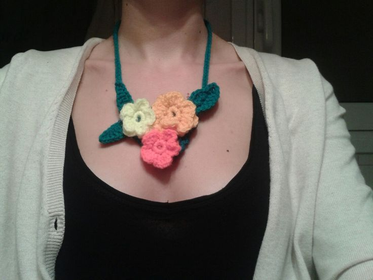 DIY necklace wigh crochet flowers to wellcome spring!