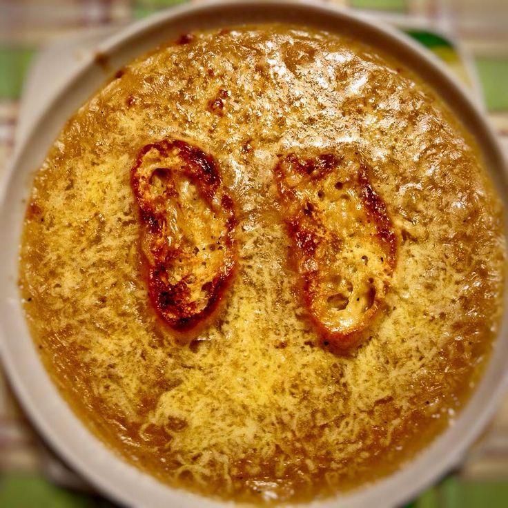 """Soupe à l'oignon. Sembra che il piatto nasca come """"zuppa di cipolle"""" nelle campagne toscane, cibo povero del popolo. Portato in Francia dai cuochi al seguito di Caterina de Medici, che nel 1533 va sposa di Enrico II di Francia, a Parigi diventa un piatto di corte.  E dalla Francia conquista il mondo"""