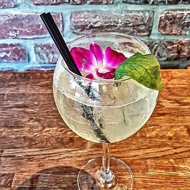 Deux mots synonymes de joie simple : friday night ! ( ou d' Happy hours 🍹😆😅) @le_saint_paris #cocktails