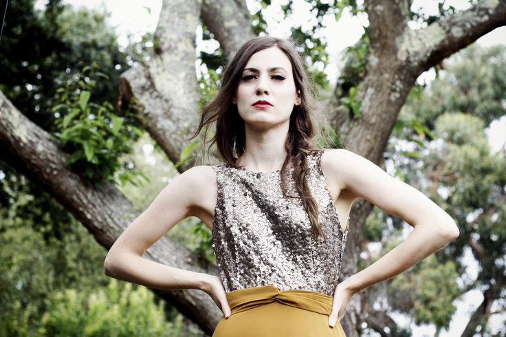 Vestido corto de fiesta con falda color mostaza y top de lentejuelas doradas. #invitadasboda #vestidosfiesta #vestidosnochevieja #nochevieja #fiesta #vestidoscortos http://www.apparentia.com/mujer/ficha/1604/vestido-gasa-amaya/