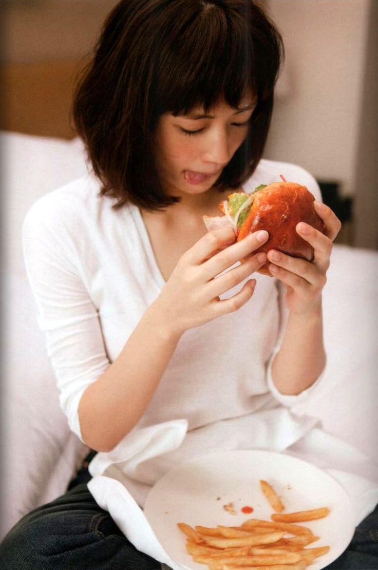 ハンバーガーを食べる綾瀬はるか。