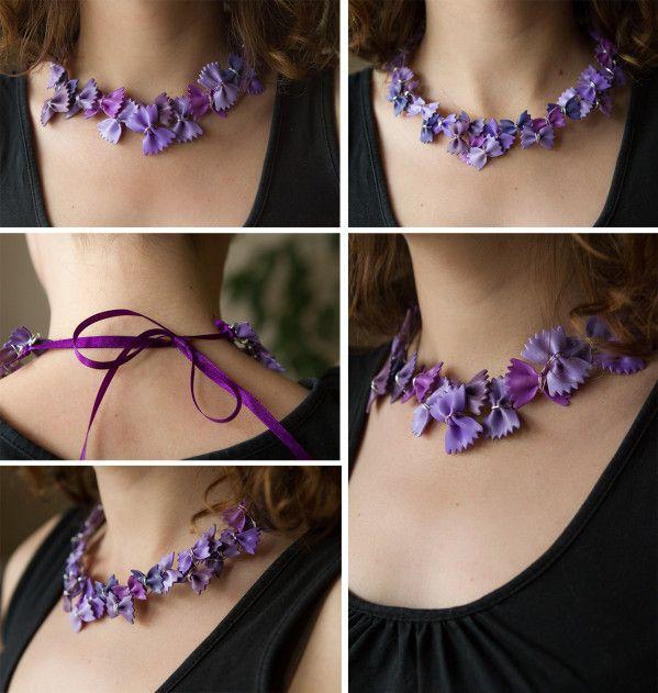 Colliers de pâtes violets