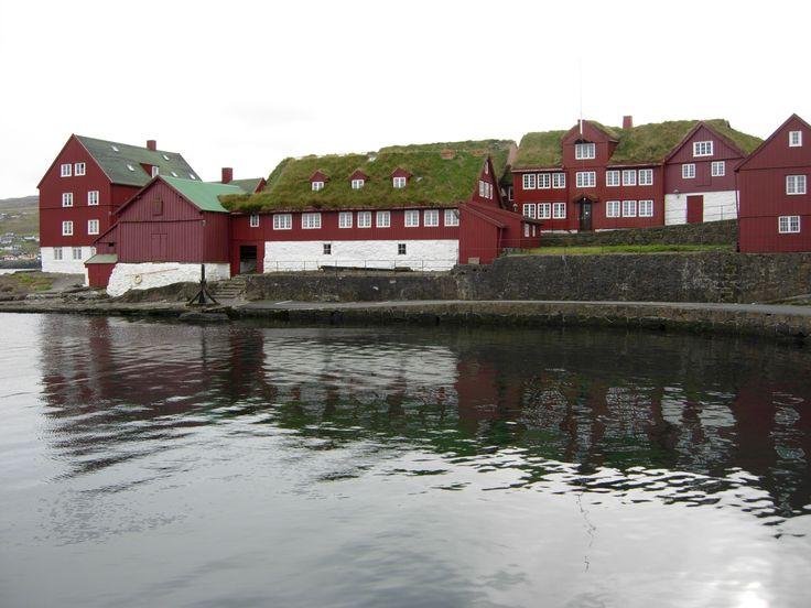 Karakteristiske røde huse med græstage i Tinganes