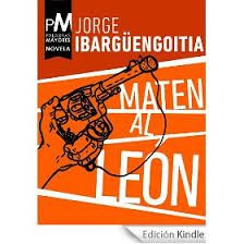 """Paròdia de qualsevol de les dictadures que han assolat als països de Llatinoamèrica. """"Maten al león"""" destaca com l'única comèdia dins del que ja és un subgènere de la novel·la hispanoamericana. Cap a finals dels anys vint, """"Puerto Alegre"""", capital de l'illa caribenya de Arepa, es converteix en el centre d'una conspiració política. Es tracta de matar el vell lleó; el tirà, quan aquest es disposa a ser reelegit per cinquena vegada i proposa la creació de la presidència vitalícia."""