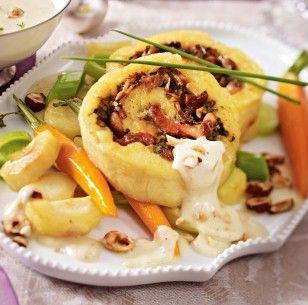 Das Rezept für Kartoffel-Pilz-Rolle mit Wintergemüse und Gruyèresoße und weitere…