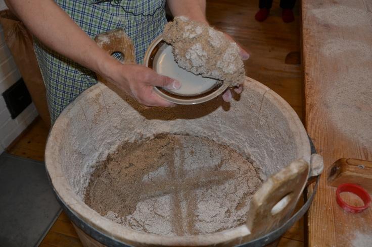 Reilut pari tuntia huolellisesti peitetystä, lämpimässä kohonneesta taikinasta otetaan taikinaa leivinpöydälle.