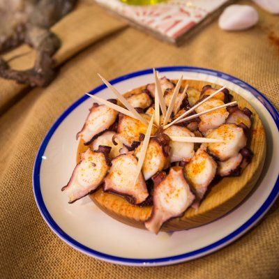 Pepe Solla, chef gallego con estrella Michelín, nos enseña a preparar pulpo a feira o pulpo a la gallega. Descubre los secretos del mejor pulpo del mundo.
