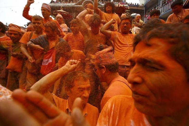 Una nuvola rossa che ricopre ogni cosa: è la festa di ''Sindoor Jatra'' a Thimi, in Nepal, che prevede il lancio di polvere vermiglia come saluto alla primavera e al nuovo anno. Il festival viene celebrato con canti, danze e strumenti musicali tradizionali, portando in processione i sim