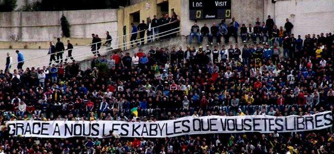 """Le match n'a pas été télévisé à cause de la banderole déployée sur laquelle on pouvait lire """" grâce à nous les Kabyles, vous êtes libres """" <3  (y)"""