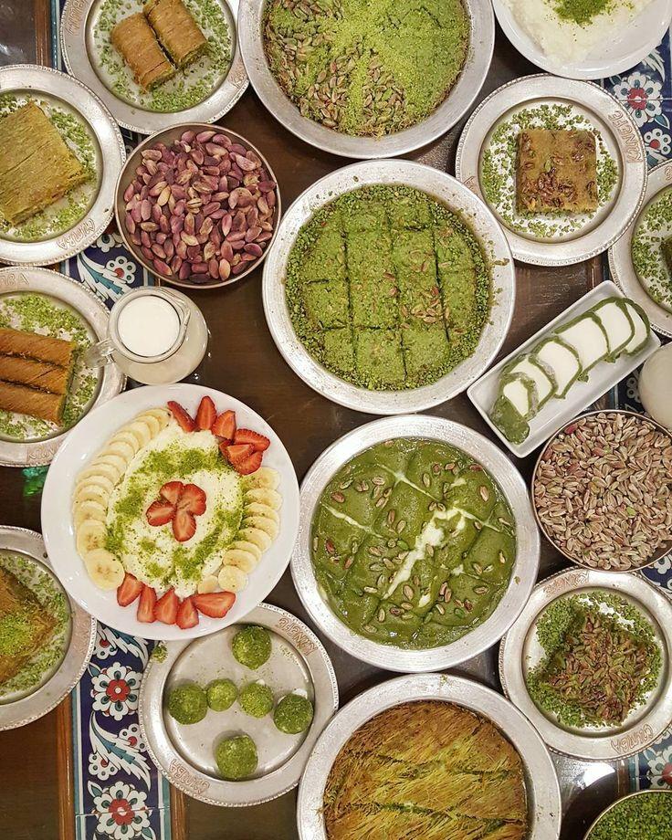 Dikkat Dikkat!! 19-21 Mayıs 'ta Oburcan ve @endermutfakta ile Gaziantep Lezzet Turu kayıtlarımız devam etmektedir. Ortamımız böyle biz ön keşfe geldik. Detaylar @ereltur 'da... Şu anda @cumbakunefe 'de sizler için bu ürünlerin tadına bakıyoruz. Masada ezme özel kaymaklı fıstıklı hasır yeşil büyü billuriye fıstıkzade var... Her şey sizin için  #oburcan #cumbakünefe #gaziantep #oburcangaziantep #baklava #turkisfood #instagram #instafood #foodgram #yum #yummy #tasty #delicious #foodie