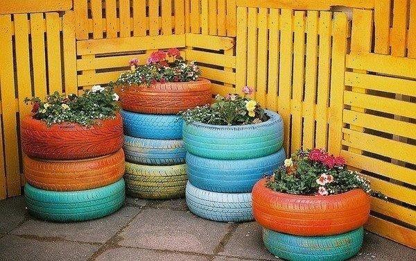 Kocsigumi-újrahasznosítás Egyszerű de nagyszerű! Festék, virágföld és virágok, és már kész is a rögtönzött, eredeti virágtartó! /kép: nlc.hu/