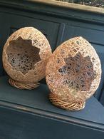Paaseieren gemaakt van garen, benodigdheden: ballonnen, witte houtlijm, water. Garen op een bol draaien en in een bak met lijm (verdunt met water) leggen. Draad om de ballon wikkelen. Ik heb het drogen versneld door de eieren in een hetelucht oven te leggen...standje 'koud', dat wel! Daarna een opening (naar wens) er uitknippen.