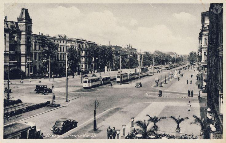 Widok na ul. Powstańców Śląskich od skrzyżowania z Augustastr. (Szczęśliwa-Radosna) w stronę centrum. Zdjęcie wykonano po 1938 r., a więc po przebudowie torowiska tramwajowego, przeniesieniu pomnika Helmutha K.B. von Moltke  na ul. Pretficza i zmianie nazwy ulicy z Kaiser-Wilhelm-Strasse na Strasse der SA (20 IV 1938). W prawym dolnym rogu cukiernia Seeliga w kamienicy na 78, a w narożnej kamienicy nr 76 - Moltke Aphoteke prowadzona przez niejakiego Wachsmanna.Lata 1938-1943