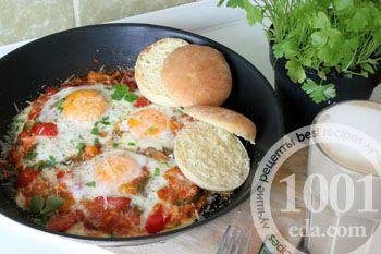 Запеченные яйца на овощной подушке, с пармезаном и английскими маффинами