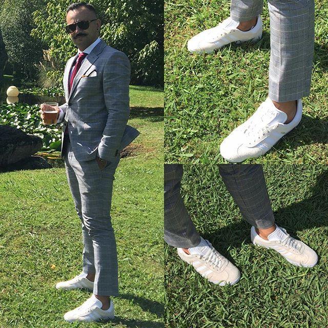 WEBSTA @ fom_vigo - Cualquier excusa es buena para estrenar una zapas. #fom_vigo #sneakers #boda #vigo #vigomola #adidas #adidasgazelle #gazelle #zapas #nosinmiszapas #outfit  #nuncasinmiszapas #moda #suits #moustache #bigote #roch