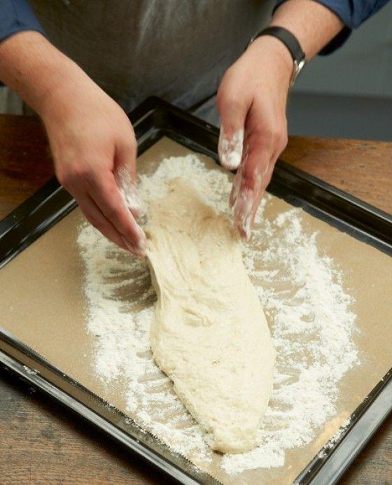 Der Trick beim Ciabatta: Der Teig sollte lange gehen, dann wird das Brot schön fluffig. Hier findest du unsere Schritt-für-Schritt-Anleitung für knuspriges Ciabatta.