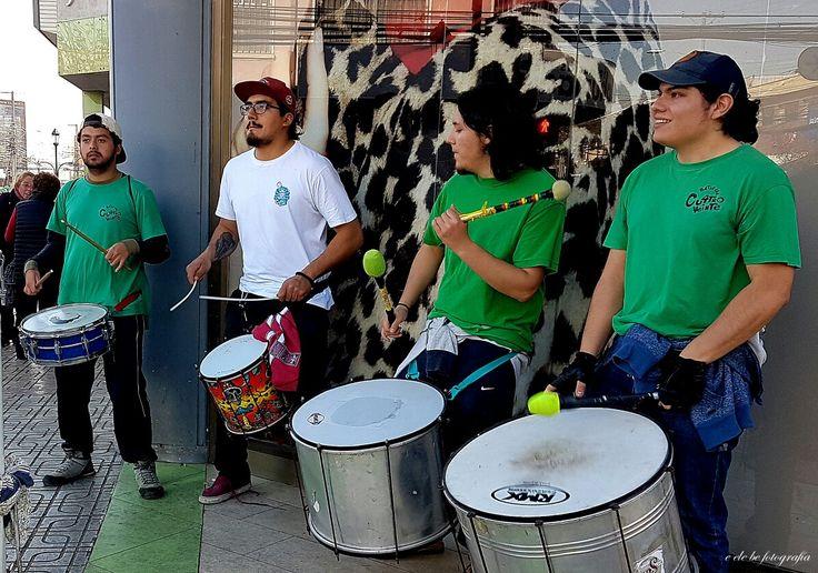 """""""Batucada en las calles""""  Artistas en las calles de la Ciudad de Talca. Calle 1 Norte con 8 Oriente. Chile."""