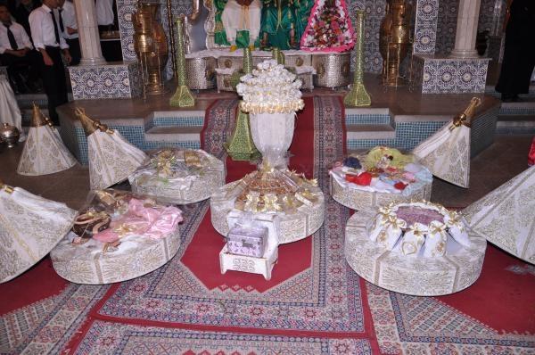 Image de cadeau com mariées asiatiques