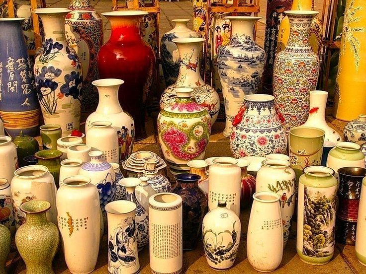 Китайский фарфор а вместе с ним и китайские вазы на протяжении всей истории воспринималиь как нечто совершенно загадочное впрочем как все восточное.  Китайские вазы идеально соответствуют позитивному настрою так как они расписаны благоприятными рисунками на темы любви: изобилия гармонии и здоровья. Почти каждая китайская ваза является символом несущим положительную энергию в дом. Ваза имеющая широкую у основания и сужающуюся к верху форму создает своеобразный резервуар для энергии доброй…