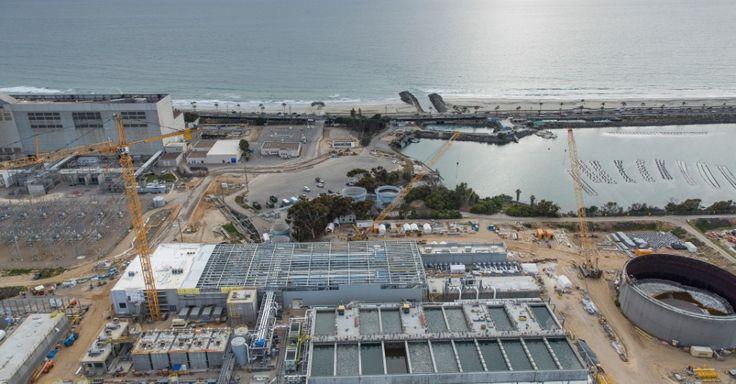 Visão aérea da planta de dessalinização em Carlsbald, na Califórnia. As soluções para diminuir o impacto no desenvolvimento de espécies marinha existem, mas elas elevam os custos, e ainda não está claro quão rígidos os reguladores da Califórnia serão com os desenvolvedores das usinas