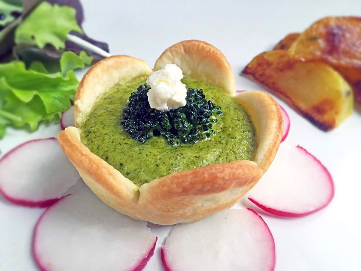 Pie with broccoli cream