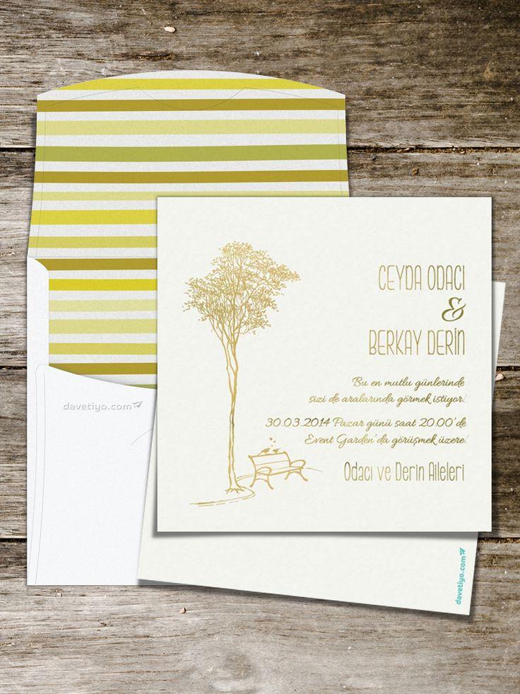 Ağaçlı bir yolda boş bir bankın üzerindeki kuşların resmedildiği bu altın varaklı düğün davetiyesi, saf pamuktan imal edilmiş yumuşacık bir kağıda basılıyor. Düğün konseptinizde de küçük kuşlar ve misafirlerinizin masasında altın rengi dokunuşlar kullanırsanız bu davetiye tam size göre!