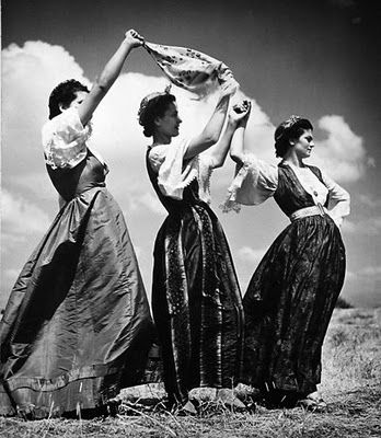 Greek women in traditional costume, photo: Nellys