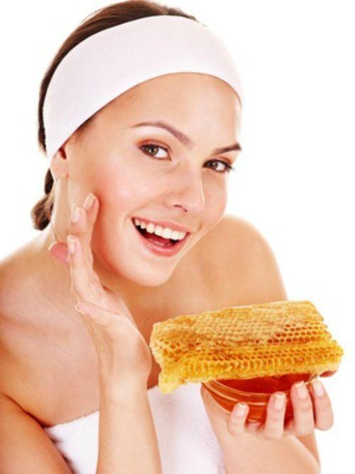 Miel De Abeja Para Cuidar La Piel.  La miel de abeja cuenta con múltiples propiedades para cuidar la piel y el cabello, pero ahora quiero hablarte especialmente de cómo cuidar la piel con miel de abeja. Son muchas las formas de utilizar las propiedades de ... Ver más aquí: https://tipsdemedicina.com/miel-abeja-cuidar-la-piel/
