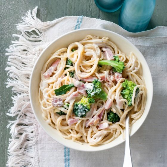 Snelle carbonara met ham en broccoli - Een heerlijke variatie op de traditionele carbonara. #recept #pasta #JumboSupermarkten .