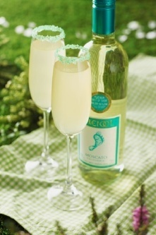 Barefoot Wine's Wimbledon:    1½ oz. Barefoot Moscato  2 oz. spiced apple cocktail mixer  2 tablespoons of sugar  Green food colouring  Add a few drops of colouring to the sugar  Rim the edge of a champagne glass with the green sugar crystals  Pour chilled Barefoot Moscato into the glass  Add the spiced cocktail mixer and stir  Rim flute with green sugar crystals