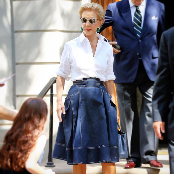 Hermoso look casual de CH con falda de jean, camisa blanca y aretes en contraste